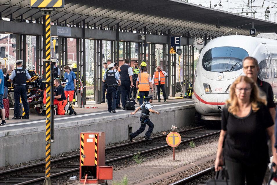 Der ICE steht am Gleis 7 des Frankfurter Hauptbahnhofs, nachdem es bei der Einfahrt des Zuges zu dem Zwischenfall gekommen war.