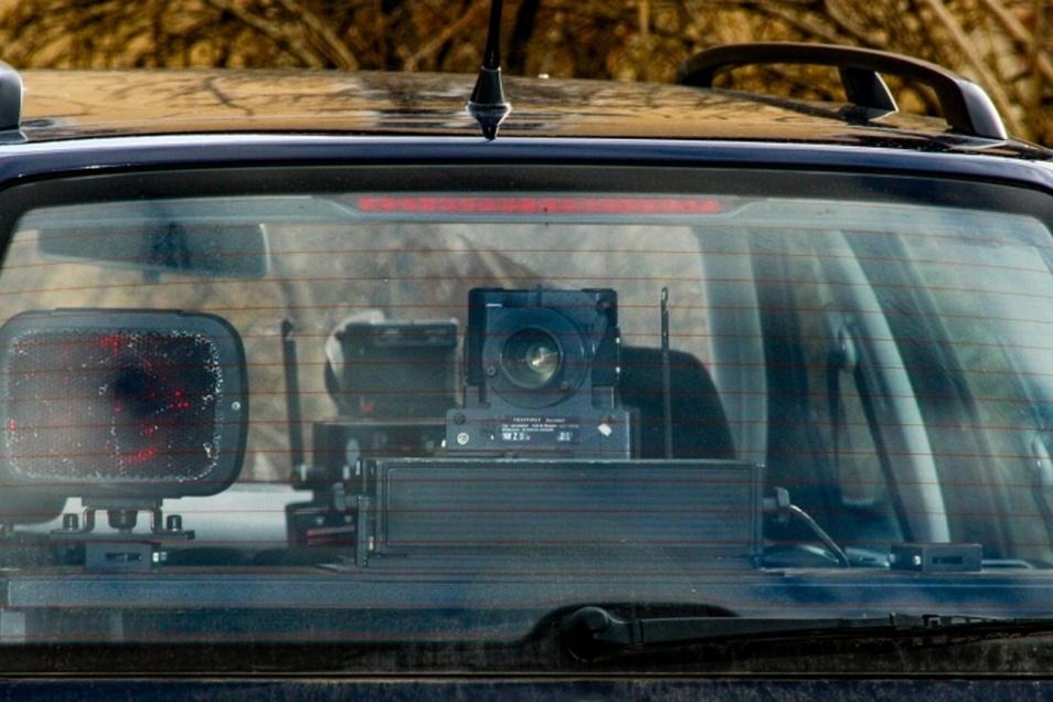 Wenn ein Geschwindigkeitsmessgerät in einem Fahrzeug installiert ist, lässt es sich oft erst entdecken, wenn der Blitz auslöst..