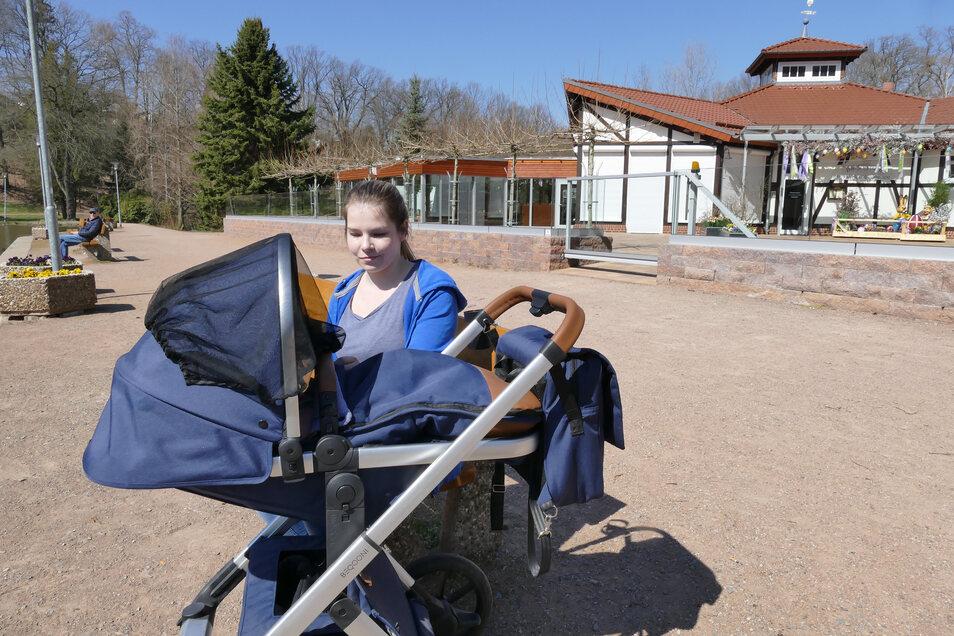 Am Teich im Döbelner Bürgergarten sonnte sich Mama Jaqueline Schmidt, während ihr Baby im Kinderwagen schlummerte.