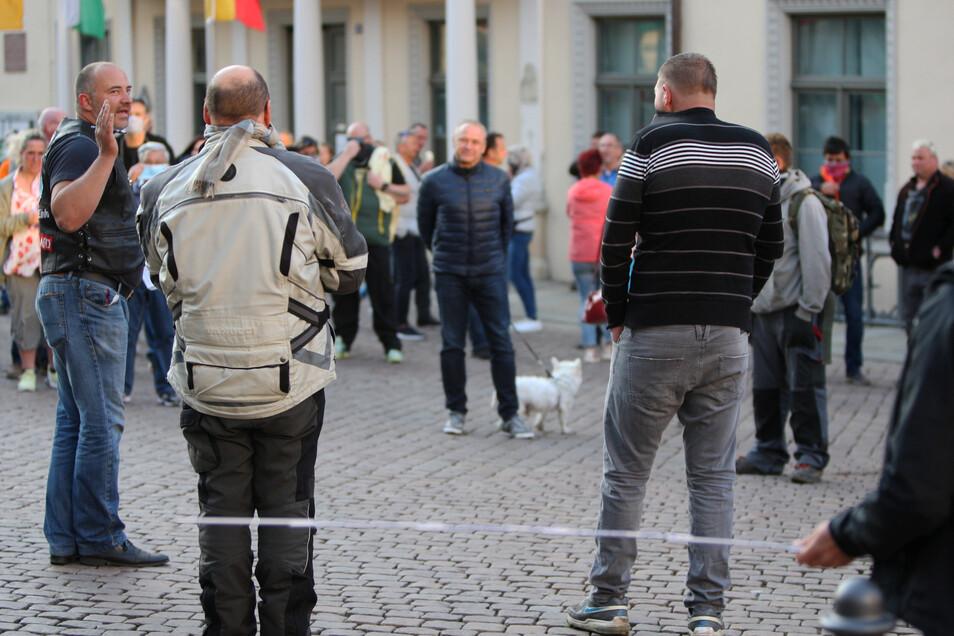 Versammlungsleiter Janich (links), Spaziergänger: Ein Facebookpost ging viral.