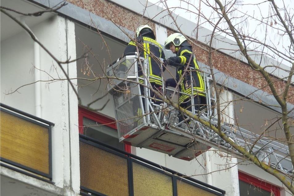 Vom Hubsteiger aus wird nach Mietern gesucht, die die Wohnung noch nicht verlassen haben.