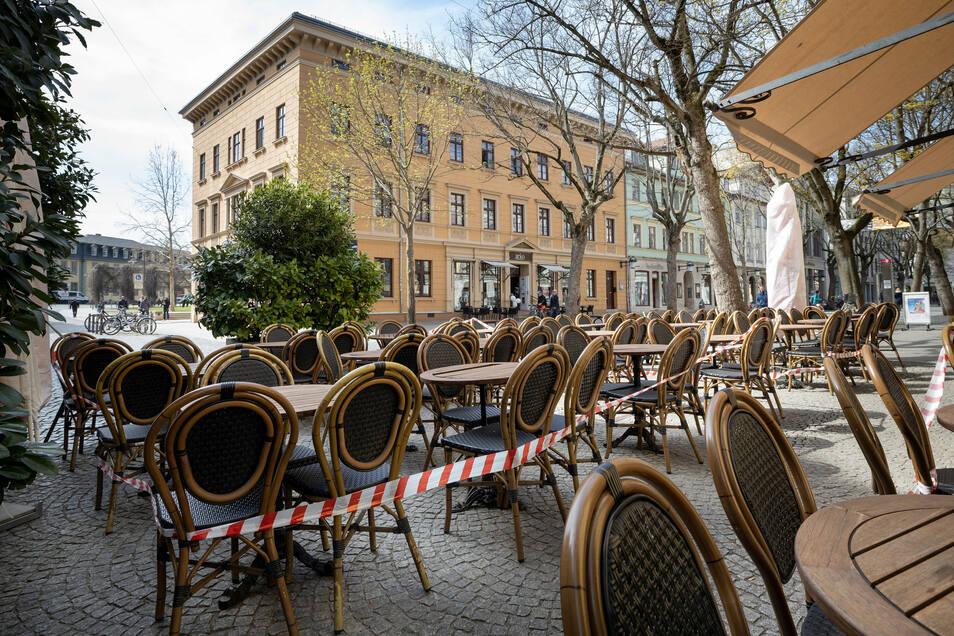 Lockdown im April: Absperrband ist um die Tische und Stühle vor einem Restaurant gezogen.