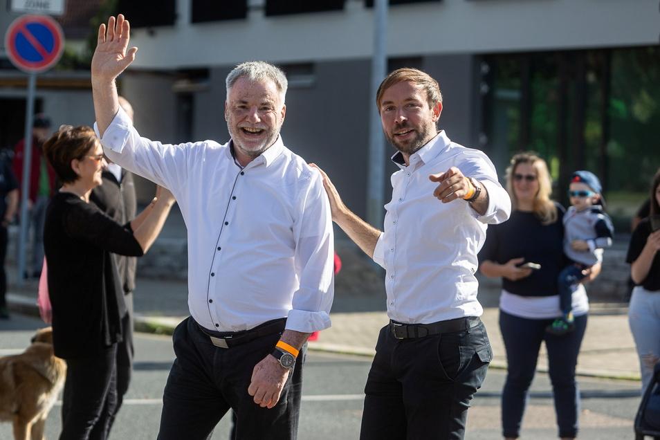 Freitals Oberbürgermeister Uwe Rumberg (li.) und sein Vize Peter Pfitzenreiter hatten sichtlich Spaß bei der Parade.