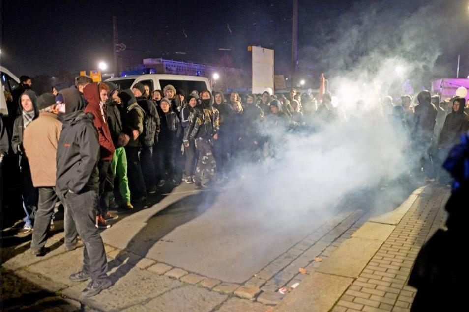 Bis auf zwei Zwischenfälle blieb es ruhig. Aus den Reihen der Pegida lösten sich am Ende der Kundgebung etwa 150 Teilnehmer und versuchten, sich den Gegendemonstranten auf dem Rathausplatz zu nähern. Es flog eine Rakete. Auch Böller explodierten. Mutmaßliche Böllerwerfer wurden identifiziert.