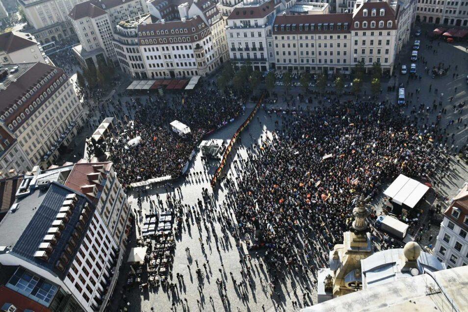 Zwei Zäune trennen die Pegida-Anhänger (re.) und die Gegendemonstranten auf dem Dresdner Neumarkt. Der Abstand beträgt nur etwa fünf Meter.