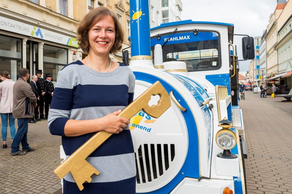 Riesas neue Innenstadtmanagerin Anja Dietel vor ihrem Büro in der Hauptstraße. Das ehemalige Juweliergeschäft teilt sie sich mit dem Büro DSK.