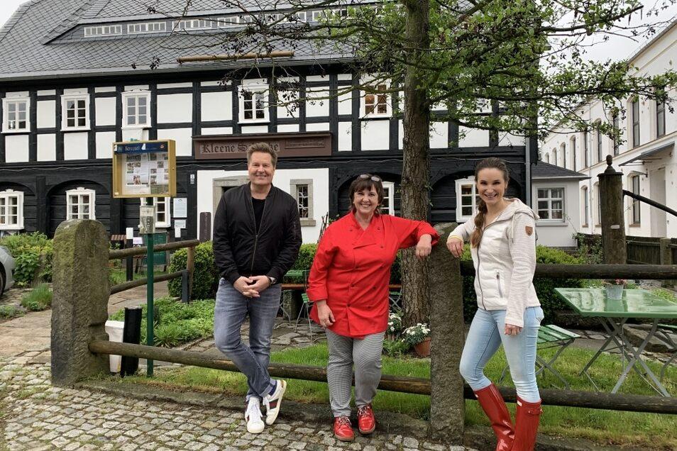 """Für die MDR-Sendung """"Zeigt uns Eure Heimat"""" hat Carola Arnold (Mitte) von der Kleenen Schänke kürzlich die Moderatoren Lars-Christian Karde und Sarah von Neuburg in Cunewalde begrüßt. Das Ergebnis der Aufnahmen ist am 1. Juli zu sehen."""