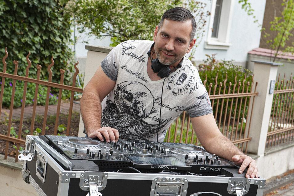 DJ SKOUP alias André Skoupy aus dem Priestewitzer Ortsteil Baßlitz ganz in seinem musikalischen Element. Seit der Coronakrise legt er jeden Samstagabend in seiner Hofeinfahrt auf.