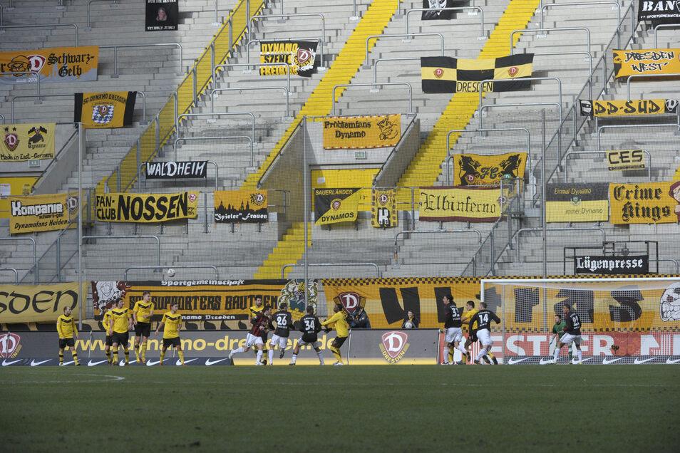 Im K-Block des Dresdner Stadions, wo sonst 9.055 Fans Stimmung machen, hängen am 11. März 2012 nur die Zaunfahnen und Transparente. Stumme Grüße aus Löbau, Großröhrsdorf, Prohlis, Nossen und anderen Orten.