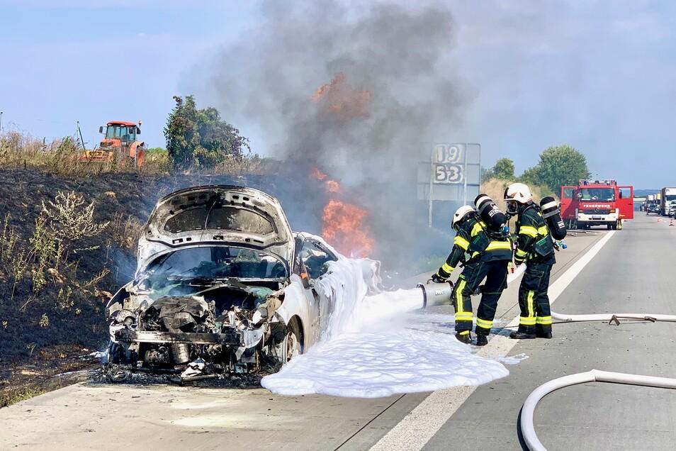Das Cabrio war nicht mehr zu retten. Der Fahrer schaffte es noch aus dem Auto, bevor es komplett in Flammen aufging.