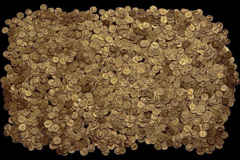 Der Goldschatz von Trier ist mit mehr als 2.500 Stücken der weltgrößte Fund von Goldmünzen aus der römischen Kaiserzeit. Reinheitsgrad fast 100 Prozent. Goldwert: gut 860.000 Euro.