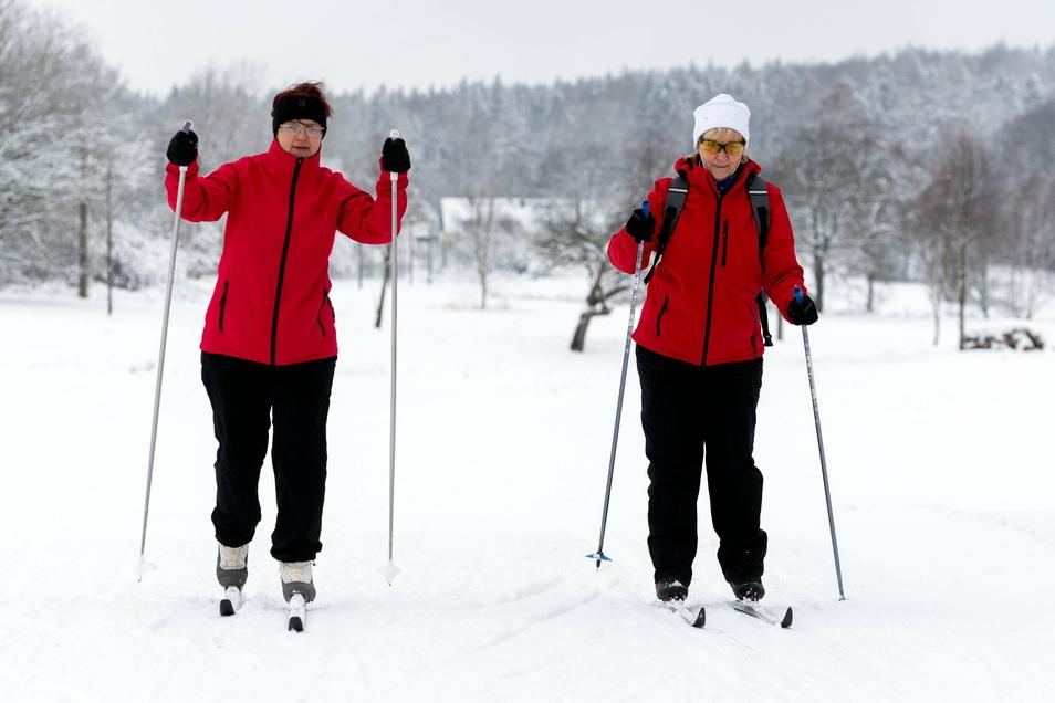Corinna Hoyer (l.) und Roswitha Mehlhorn – beide aus Sebnitz – beim Skifahren nahe Rugiswalde. Die Schneedecke ist auf 30 cm angewachsen.