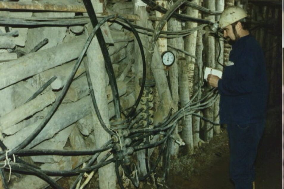 Urangewinnung mittels Laugung: Ein Bergmann der Wismut kontrolliert in den 1980er-Jahren das Leitungssystem in der Königsteiner Grube.