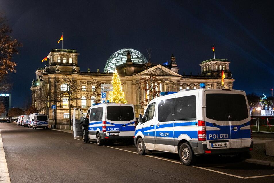Berlin: Vor dem Reichstagsgebäude stehen Polizeiautos. Das Regierungsviertel war komplett abgesperrt.