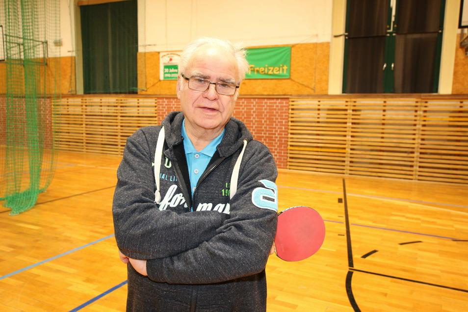 In der Sporthalle Burgstraße ist Jörg Dathe immer mal wieder anzutreffen. Zuletzt hat er an einer Chronik zum 30-jährigen Bestehen des Döbelner SV Vorwärts gearbeitet.