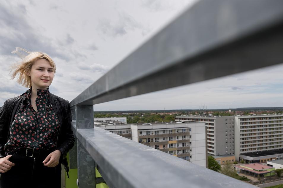 Helene Deus auf dem Dach eines dieser schick modernisierten Vorzeige-Hochhäuser neben dem Lausitz-Einkaufscenter.