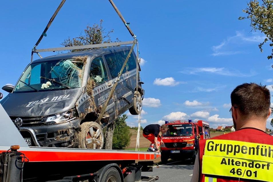 Dieser Transporter war als Taxi unterwegs und musst nach dem Unfall aus dem Straßengraben geborgen werden.