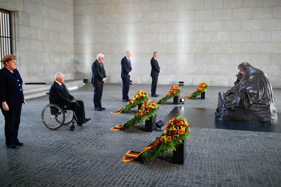 Bundeskanzlerin Angela Merkel (CDU, l-r), Bundestagspräsident Wolfgang Schäuble (CDU), Bundespräsident Frank-Walter Steinmeier, Dietmar Woidke (SPD, und Andreas Voßkuhle während der Kranzniederlegung.
