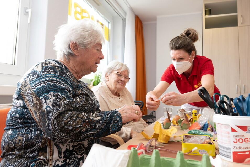 In der ASB-Tagespflege in der Prager Zeile basteln Olga Büder (l.) und Carmen Kuhnert Osterhasen. Betreuerin Kerstin Kunze hilft dabei gern.