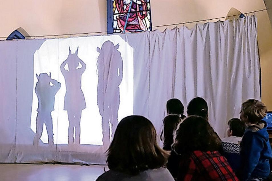 Im Luthersaal wurde ein Schattenspiel aufgeführt.