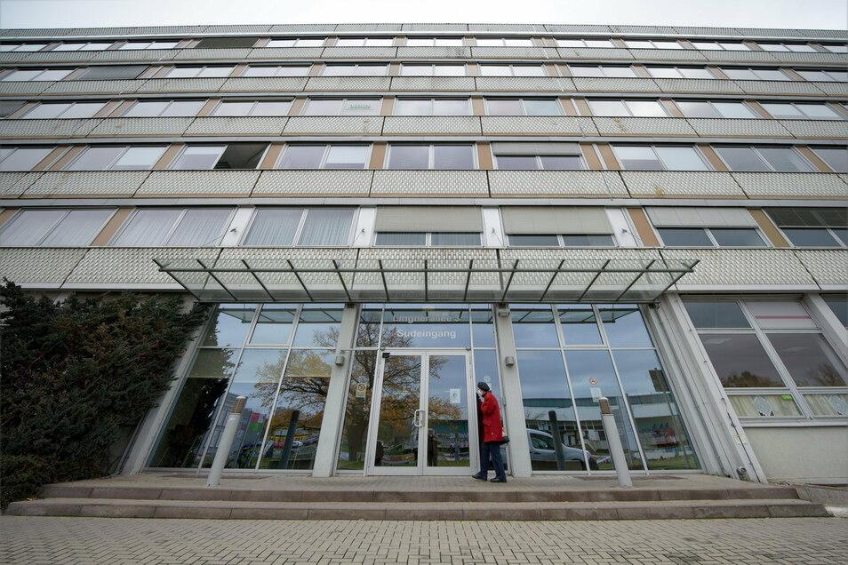 Auch das frühere Robotron-Gebäude an der Lingnerallee gehört nun zu den Außenstellen des Gesundheitsamtes.