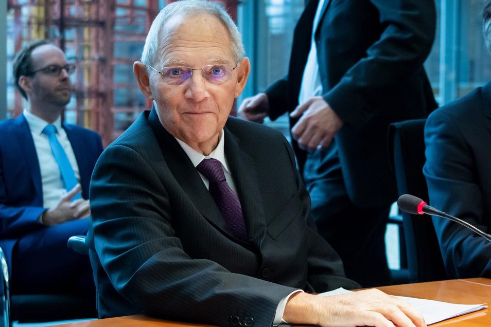 Bundestagspräsident Wolfgang Schäuble (CDU) ist dafür, die Sommerferien zu kürzen. So könne versäumter Unterrichtsstoff nachgeholt werden.