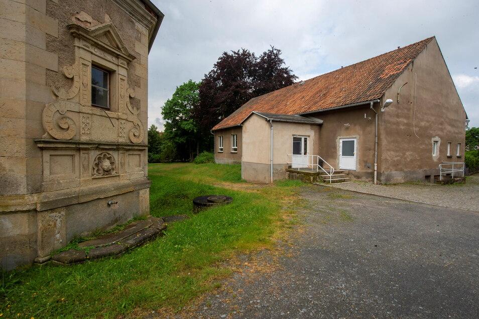 Der Eingangsbereich zur Mehrzweckhalle am Schloss Schönfeld wird behindertengerecht.