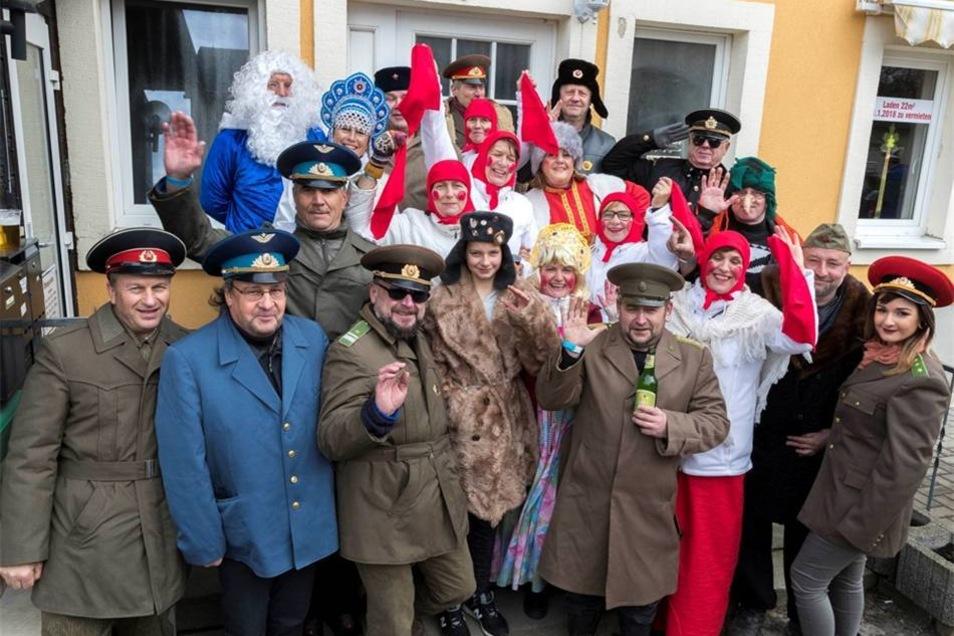Zum Umzug haben sich die Männer als russische Soldaten verkleidet, die Frauen als russische Mamas – rote Röcke, rote Wangen, rote Lippen.Marko Förster