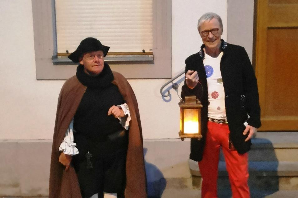 Wolle Förster beim Spaziergang mit Nachtwächter Mario Baldauf.