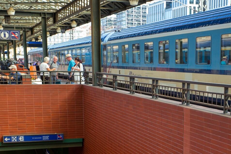 Sieben Varianten sind im Gespräch, wie künftig Züge von Dresden nach Prag fahren sollen. Hier ein Blick auf den Bahnhof in Prag.