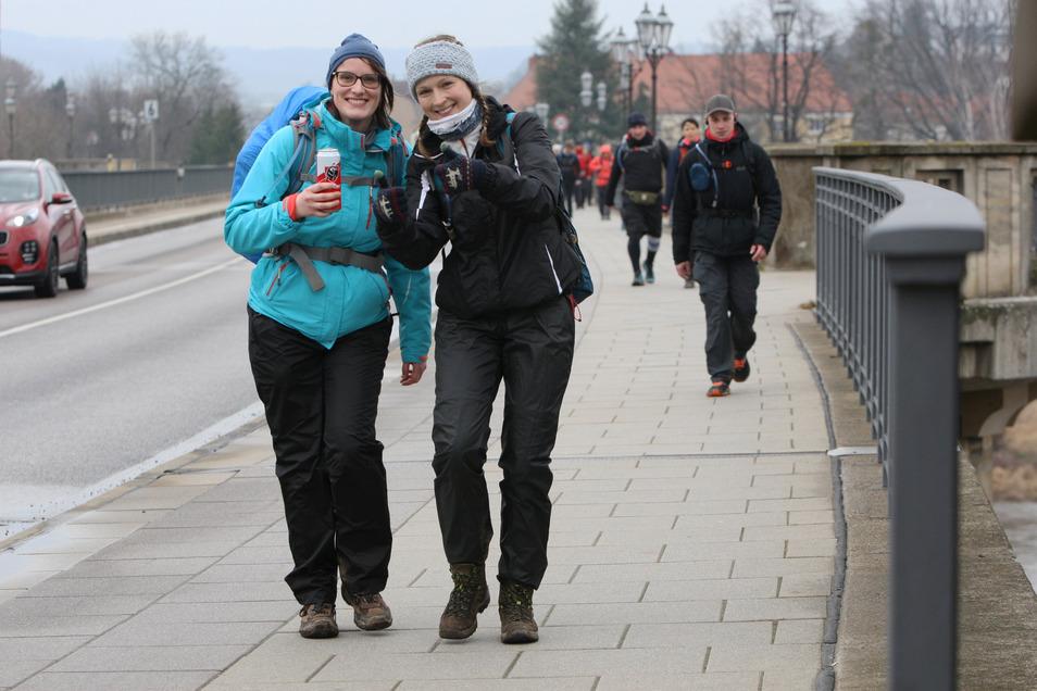 Gute Laune trotz Schmuddelwetter. Die Teilnehmer hatten in Pirna schon über 20 Kilometer in den Beinen.