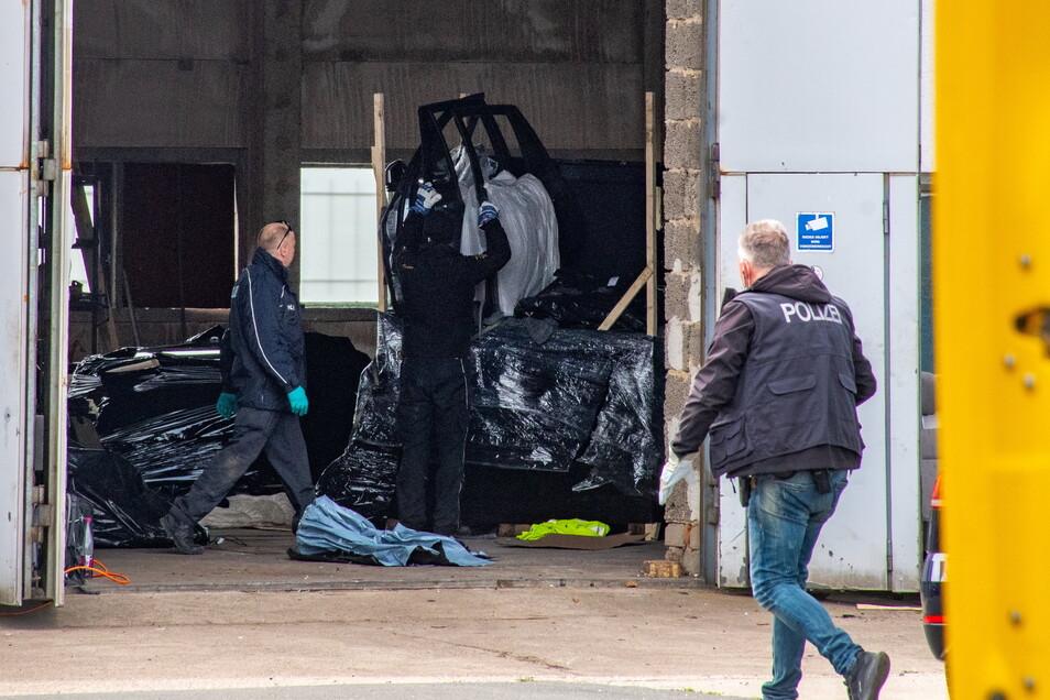 Bei einer Durchsuchung der Polizei in einer Autowerkstatt in Heyda an der B169 konnten die Ermittler im Mai mehrere Verdächtige festnehmen und Beweise aufnehmen.