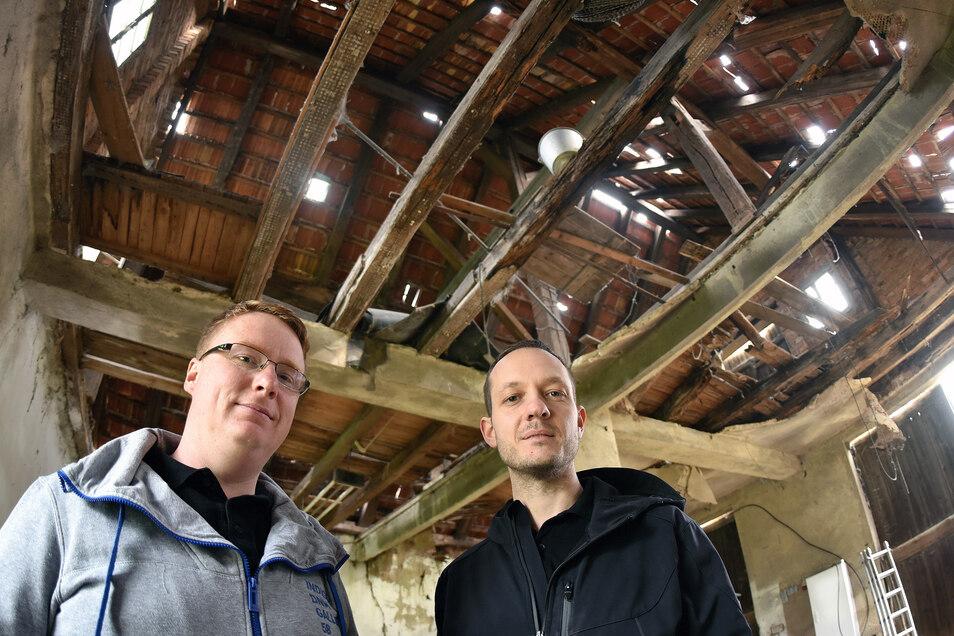 Bert Salomo (rechts) und Henry Stuff gehören zu denen, die ein altes Umgebindehaus in Mittelherwigsdorf zu einem Treff ausbauen wollen.