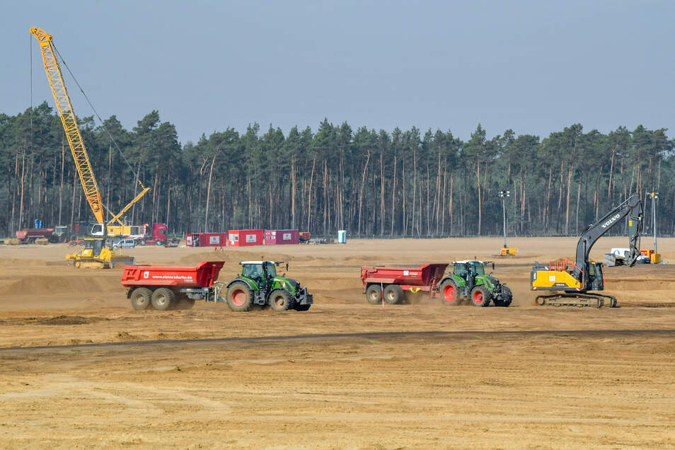 Bereits im März waren Baumaschinen auf dem Gelände der künftigen Tesla Gigafactory in Grünheide nahe Berlin.