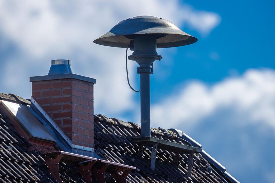 Eine Alarmsirene steht auf einem Hausdach. In diesem Jahr wird sie am bundesweiten Warntag stumm bleiben - der fällt aus.