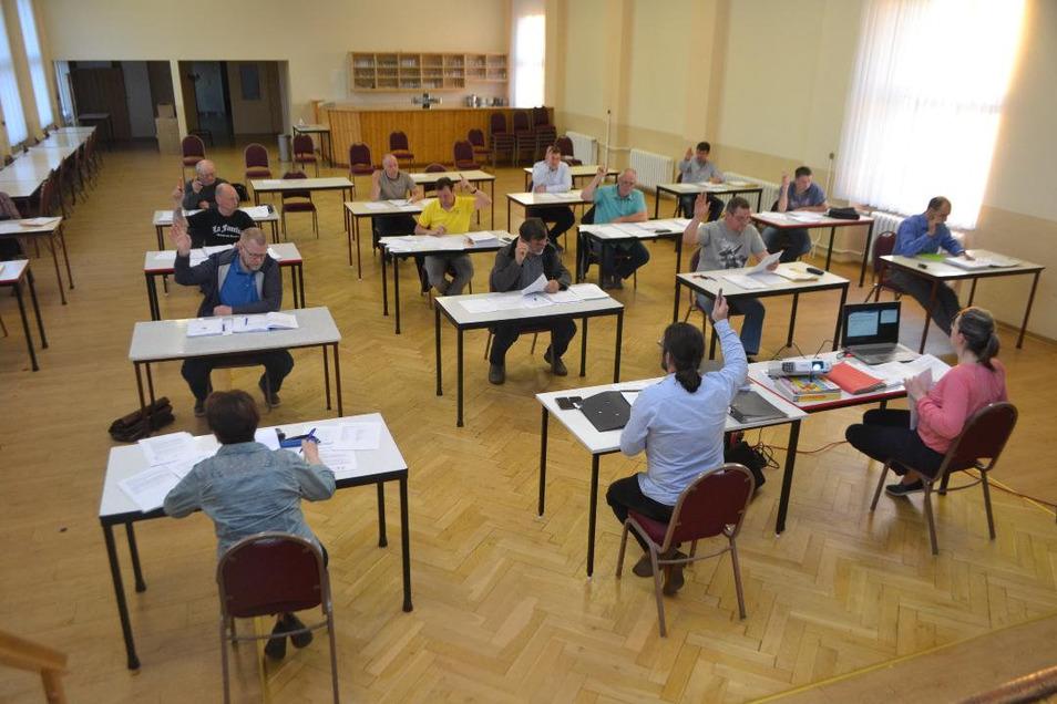 Sitzordnung wie bei einer Abschlussprüfung: Der Thiendorfer Gemeinderat beschließt die Vergabe der Planungsleistungen für das neue Gerätehaus im Ortsteil Naundorf.