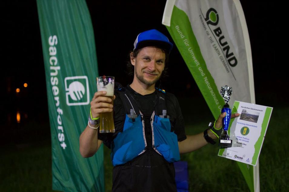 Entkräftet, aber glücklich: Nach 19 Stunden und 12 Minuten kommt Stefan Utke im Ziel in Bad Schandau an.