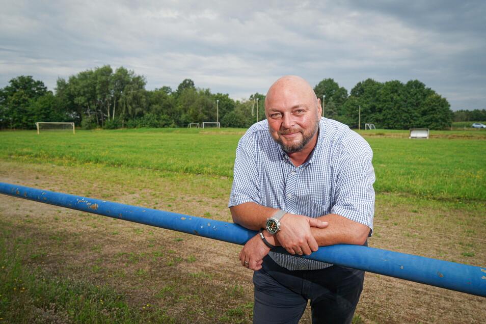 Aufgrund der schlechten Bodenbeschaffenheit war der zweite Fußballplatz des SV Neschwitz kaum nutzbar. Bürgermeister Gerd Schuster hat mit dem Verein einen Deal ausgehandelt und treibt nun das Vorhaben eines Kita-Neubaus auf dem Areal voran.