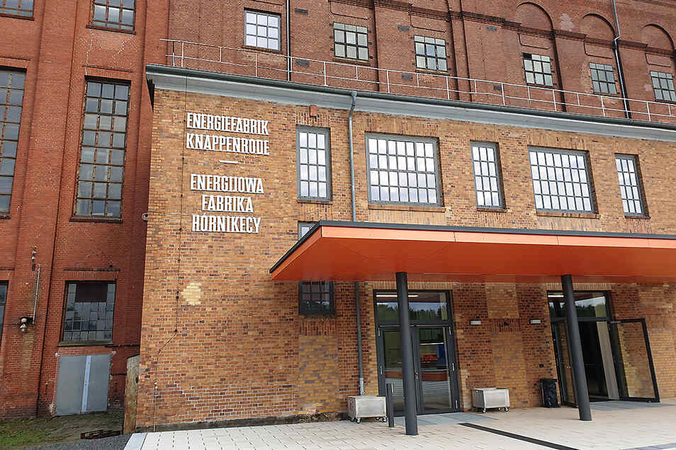 Wenngleich der sorbische Schriftzug deutlich länger als der deutsche ist, beschriftete der Landkreis das Museum Energiefabrik Knappenrode mit gleich großer Schrift.