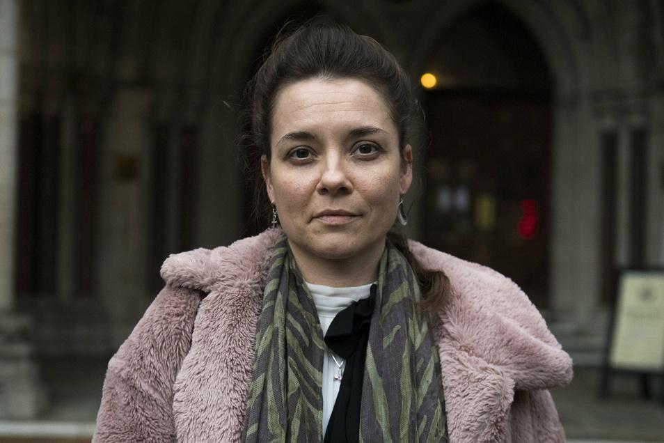 Paula Parfitt, die Mutter der fünfjährigen Pippa Knight, steht vor dem Royal Courts of Justice nach einer öffentlichen Anhörung im Streit um die lebenserhaltende Behandlung für ihre Tochter.