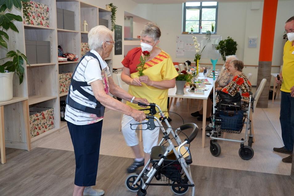 Die ersten Gäste der neuen ASB-Tagespflege in Stolpen werden begrüßt.