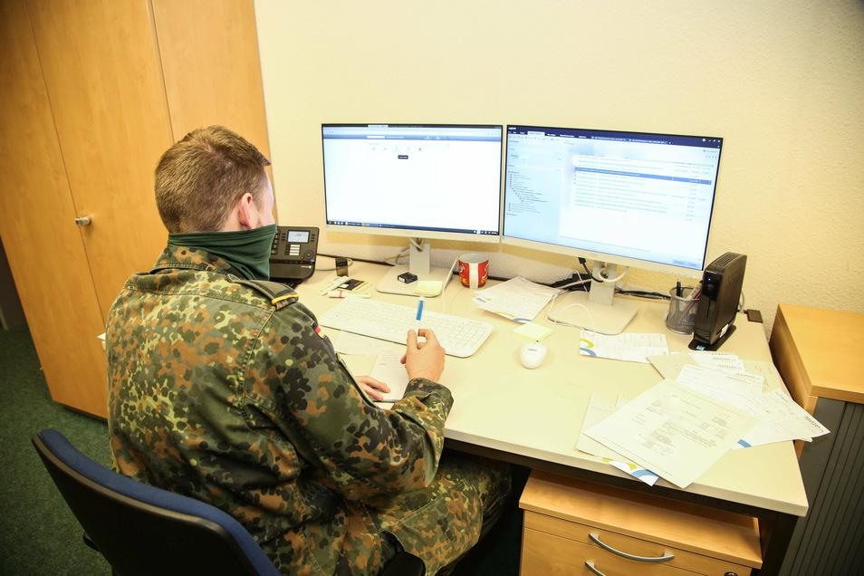 Ein Bundeswehrsoldat leistet Amtshilfe bei der Nachverfolgung von Corona-Infektionen im Gesundheitsamt. Insgesamt 93 Soldaten sind im Landkreis Meißen eingesetzt. Dazu kommen noch viele andere Helfer. Die Infektionszahlen ziehen wieder an.
