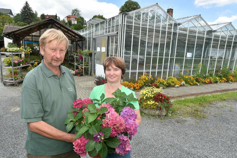 Angelika und Andreas Rudolph heute vor den Gewächshäusern ihrer Gärtnerei in Hainewalde.