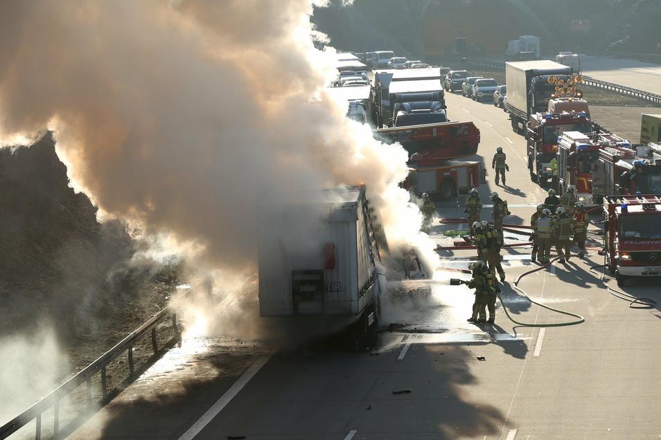 Der Trucker erlitt bei der Aktion eine schwere Rauchvergiftung und musste ebenfalls ins Krankenhaus.