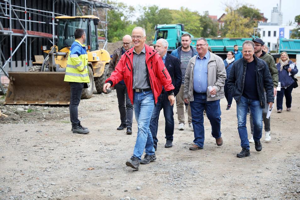 Steffen Uschner vom Riesaer Bauamt führt Kollegen aus Großenhain über die Baustelle der Oberschule Am Merzdorfer Park. Die wollen dort was lernen.
