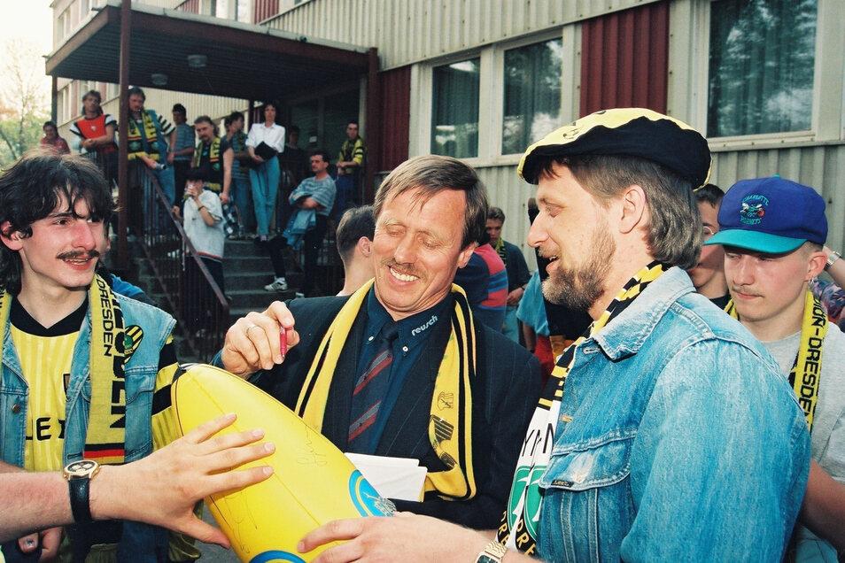 Sein Autogramm ist bei den Anhängern begehrt, sogar auf einer Gummibanane soll Siggi Held unterschreiben. Im Hintergrund: Die Geschäftsstelle am alten Rudolf-Harbig-Stadion.