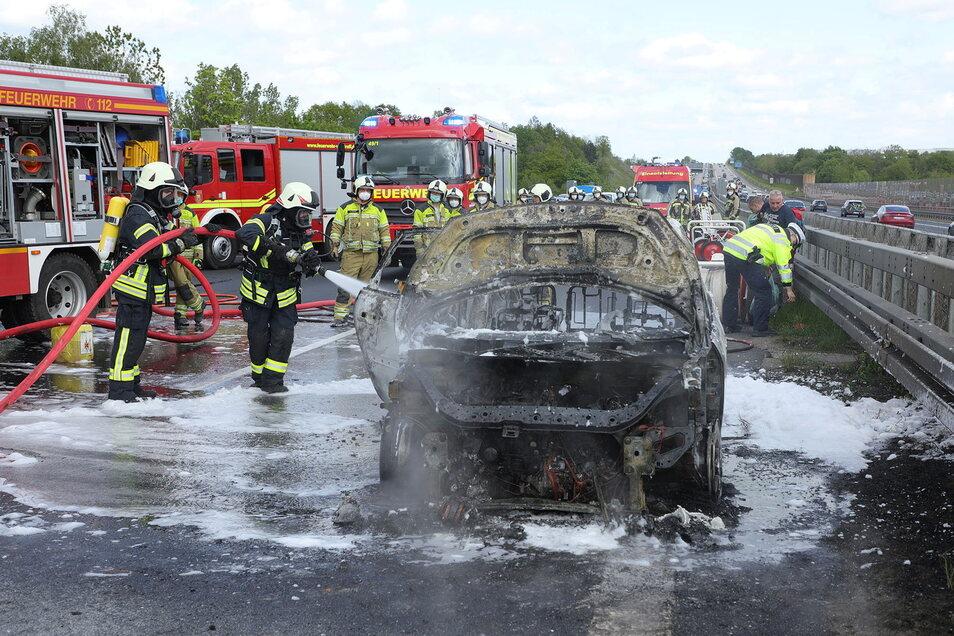 Trotz der Löscharbeiten brannte das Fahrzeug völlig aus.