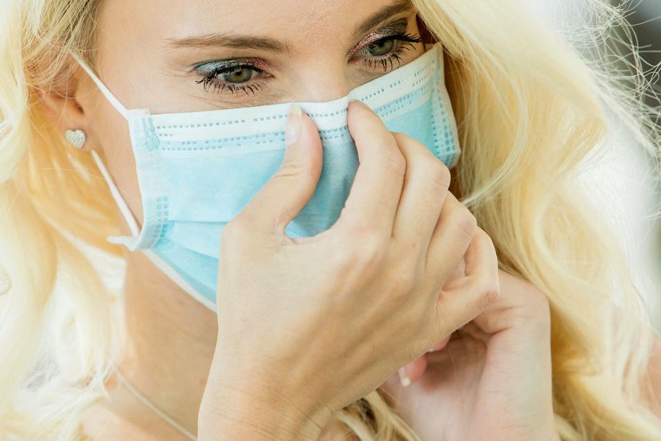 Das Tragen einer Mund-Nasen-Maske kann die Haut beanspruchen und reizen. Nun kommt es auf die richtige Pflege an.
