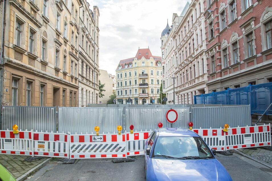 Weil das Haus Jauernicker Straße 31 (vorn links) einzustürzen droht, ist die Straße seit mittlerweile zwei Jahren voll gesperrt.