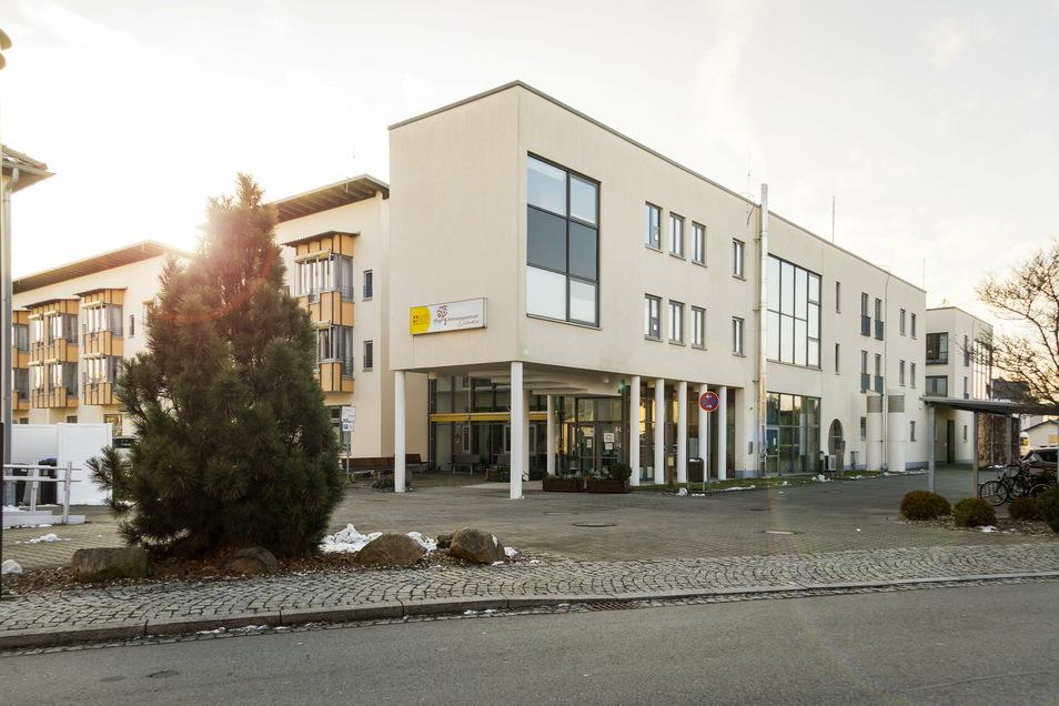 """Im Gröditzer Seniorenheim """"Weidenblick"""" wurden vorige Woche 28 Bewohner positiv auf Sars-CoV-2 getestet."""